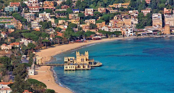 Sicilien- middelhavets største perle  Middelhavets største ø, er naturligvis italiensk og hedder noget så smukt og vidunderligt som Sicilien. Den guddommelige smukke ø, er på størrelse med Jylland, så en tur til Sicilien kræver minimum en uge, hvilket endda måske er i underkanten.  Ferie på Sicilien Der er flere lufthavne på Sicilien, hvor