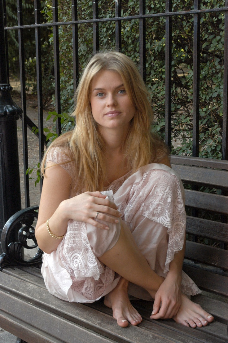 Alice Eve No Make Up And Barefoot Beautiful Amazing People Pinterest Beautiful And Photos