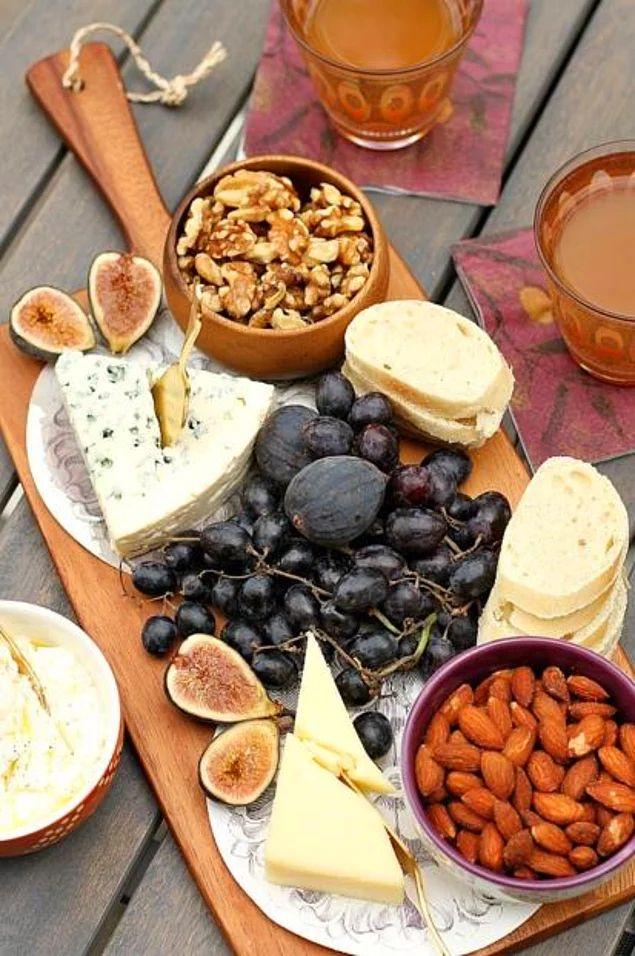 Klasik peynir tabakları açık büfelerin, kokteyllerin vazgeçilmezidir ama klasik akşam yemeklerinin de en güzel başlangıcıdır.
