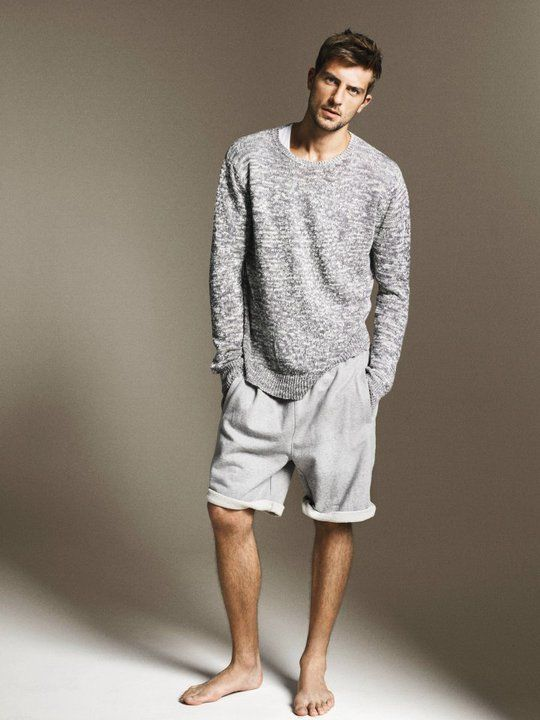 the jumper, the shorts, barefeet,.... awesome casual look