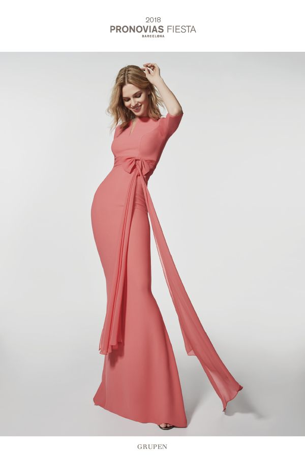 This long, straight dress in crepe and gauze is fitted at the waist and is incredibly feminine. The beautifully flowing skirt has a discreet train, while the bodice, with a bateau neckline has 3/4 sleeves. The waist is decorated with a big gauze bow in the same color as the dress, for a simple effect, full of personality.