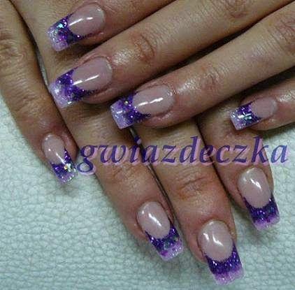 Paznokcie żelowe z fioletowymi, brokatowymi końcówkami http://esteraowczarz.blogspot.com/2014/04/paznokcie-fioletowe-i-rozowe-wzory.html