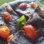 Focaccia al carbone vegetale e pomodorini.