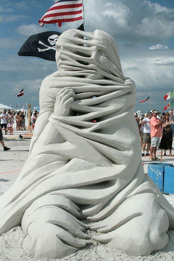Ces sculptures de sable, réalisées par Carl Jara, impressionnent par leur originalité. On les dirait taillées dans le bois ou le marbre !