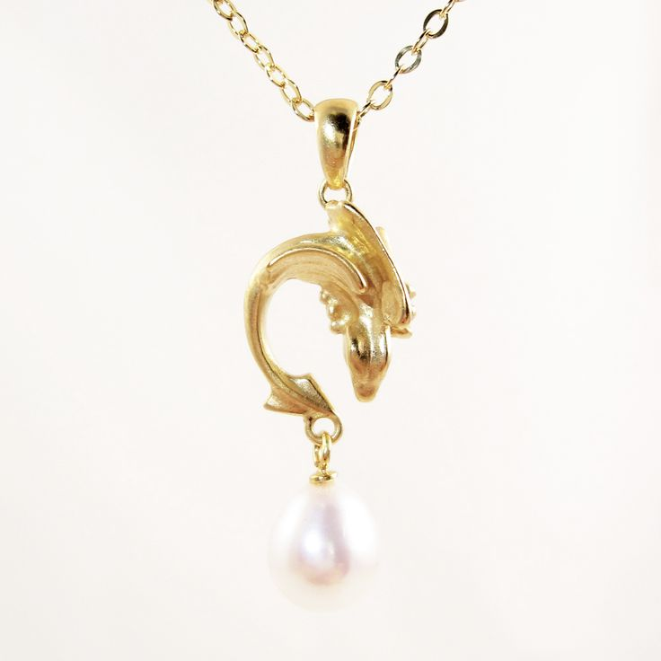 Dragonling necklace of 14k gold. Every princess needs a dragon to protect her. This one is made of 14k gold, with its own treasure in the shape of a pearl. Do you want another form of treasure? Contact me and let us create the perfect dragon just for you.