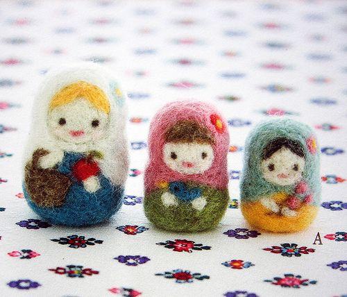"Inspiración: matrioskas. La foto es de un libro en japonés, ""The pretty petite miscellaneous goods made with felt wool""  Reminds me of my Grandma Annie and her Russian nesting dolls."