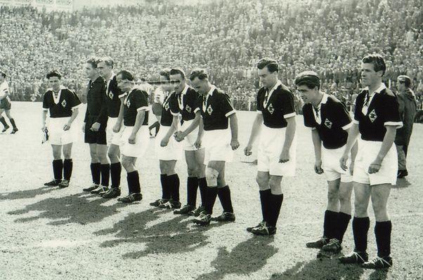 Borussia Mönchengladbach 1956, nur noch eine Minute, bis das Derby gegen Fortuna Düsseldorf angepfiffen wird