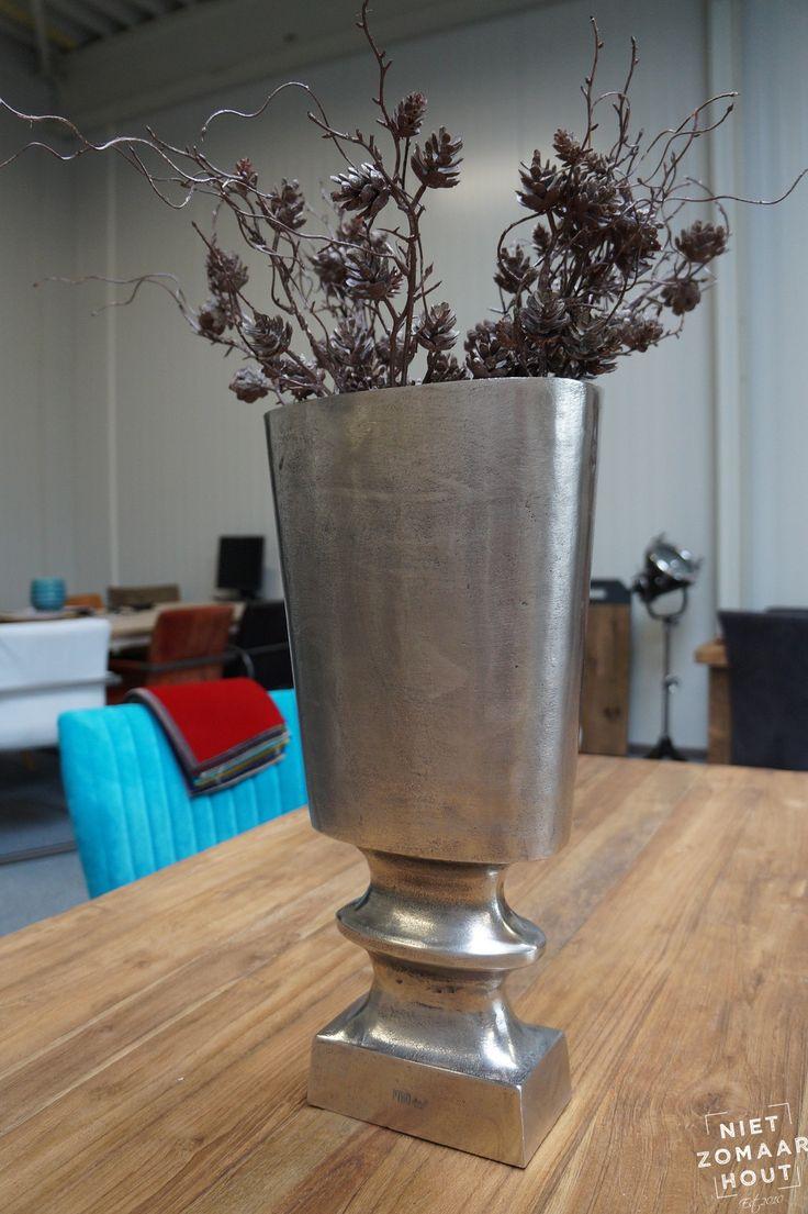 Deze stoere vaas is gespot bij nietzomaarthout.nl. Plaats deze grote stoere vaas op een vrijstaande zuil en u creëert een indrukwekkender beeld. Bijvoorbeeld op een grove eiken sokkel?