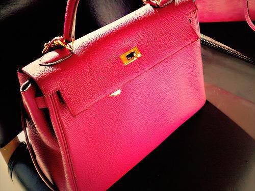 i love this bag and the rich color and texture :)