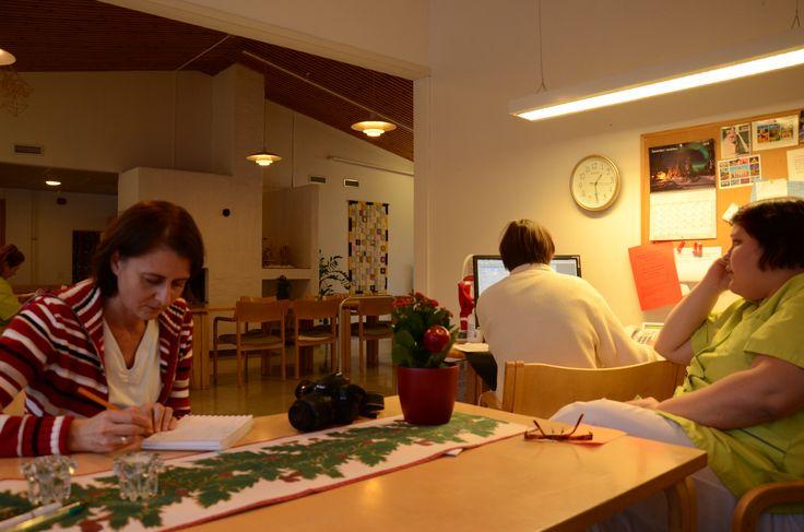Ideointia vuorovaikutuskentällä Rosenkullan palvelutalossa - suomeksi ja ruotsiksi.