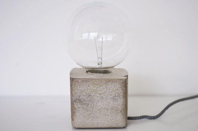 Bordlampe i beton, DIY // Denne fede bordlampe bliver fuldendt med en oversize pære! Se mere hos Pastill