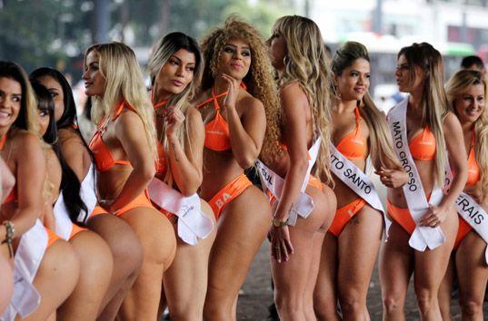 Пышнотелые участницы Мисс Бум-Бум 2016 в бикини прошлись по улице (ФОТО)