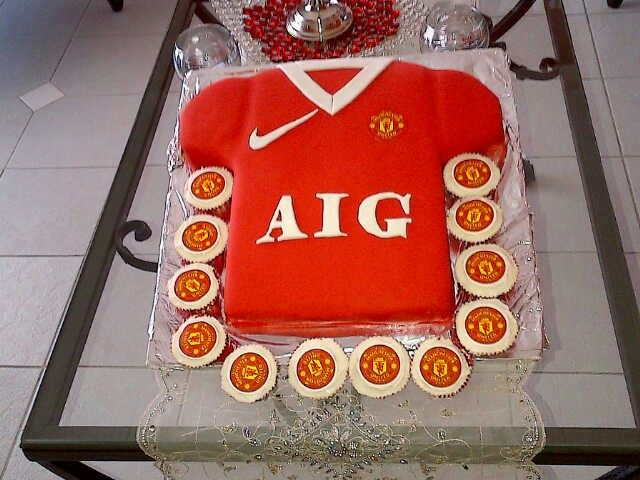 Party : Man United birthday cake and cupcakes