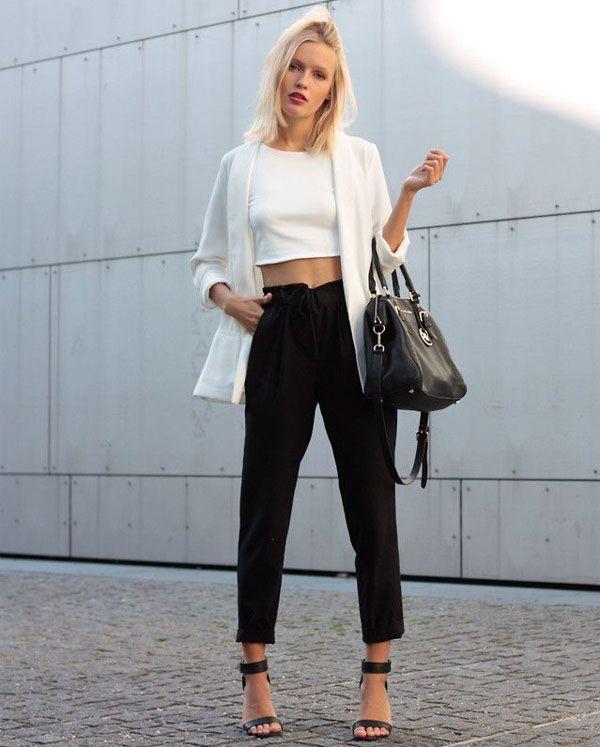 Look misturando peças pretas e brancas. Top cropped branco com calça e sandália pretas.