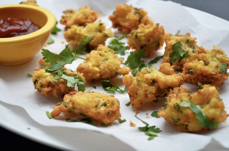 Makki Paneer Pakora is a deep fried fritters made with corn and paneer. When you look up for some fried fritters along with a hot cup of chai or coffee try out this pakora made with some freshly grated paneer mashed corn green chili chickpea flour and som
