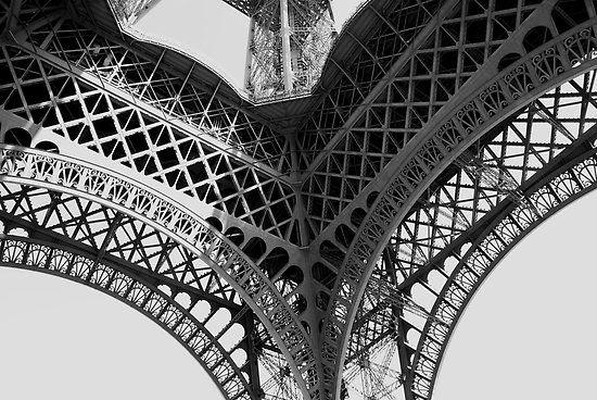Trecento metalmeccanici assemblarono i 18 038 pezzi di ferro forgiato, utilizzando 2 milioni e mezzo di bulloni (che furono sostituiti, durante la costruzione stessa, con rivetti incandescenti).