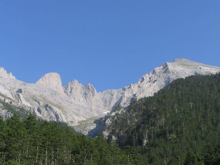 El Monte Olimpo es la montaña más alta de Grecia y la segunda de los Balcanes. Se sitúa entre las regiones griegas de Tesalia y Macedonia. Es Reserva Natural griega desde 1938 y Patrimonio Natural de la Unión europea desde 1981 con la categoría de Reserva de la Biosfera. Su pico más alto es el Mitikas con 2919m. Este espacio natural es rico en vegetación sobretodo en especies endémicas.