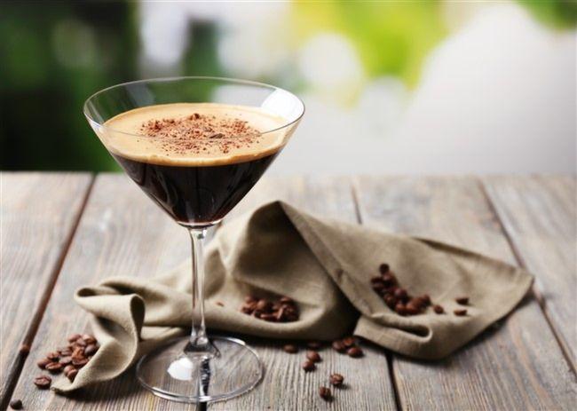 Çeşitli içkilerin veya meyve sularının karışımlarından oluşturulan kokteyl, kelime kökeni olarak İngilizce cocktail yani horoz kuyruğu sözünden geliyor. Özellikle viski, cin, votka, rom, tekila gibi içkilerin kendine has kokteylleri bulunuyor. Mutfağımızda bulunan meyvelerden, reçel, marmelat, içec...