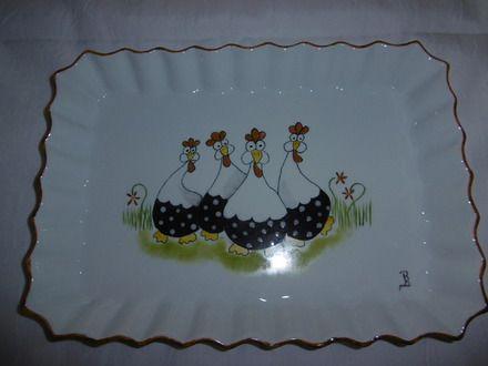 Ce plat à gratin vous amusera par son motif humoristique de 4 poules blanches et noires à l'attitude curieuse. Le plat est en porcelaine à four. Il est rectangulaire avec les b - 19975255