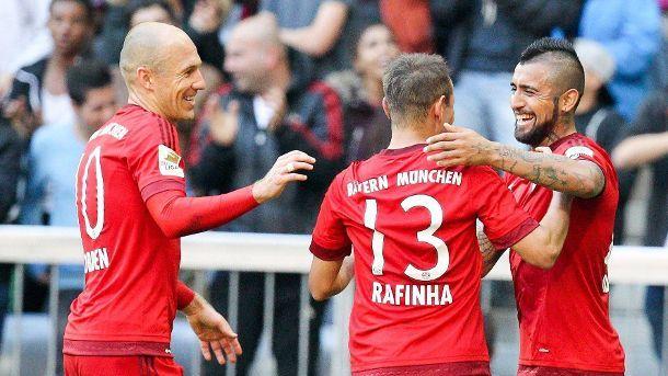 1000.Sieg in der 1.Fussball Bundesliga!!! Die Bayern-Profis bejubeln den Treffer von Arturo Vidal (re.) zum 2-0 .  (Quelle: imago/Eibner)