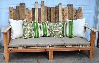 Riciclo creativo anche in giardino: divano ricavato riciclando bancali grezzi e cuscini in tessuto per la seduta