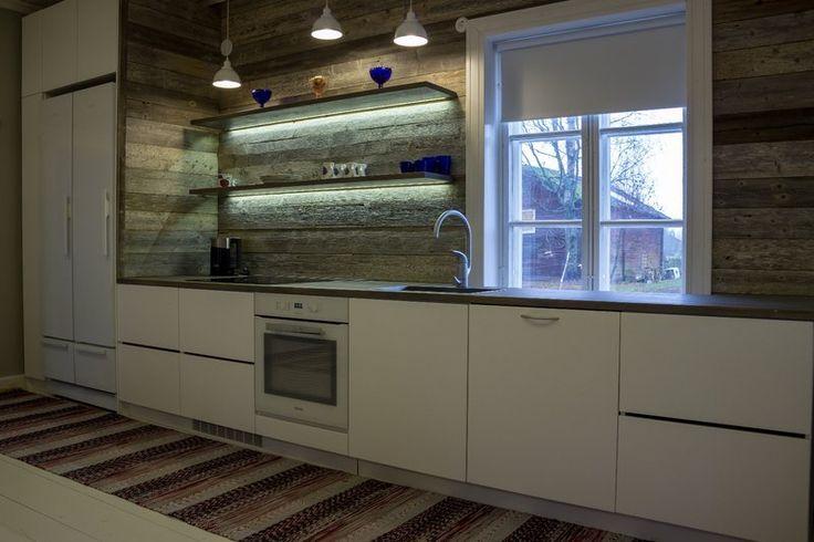 Pohjalaistalon uudistettu keittiö / Puusepänliike Hirvelä Oy