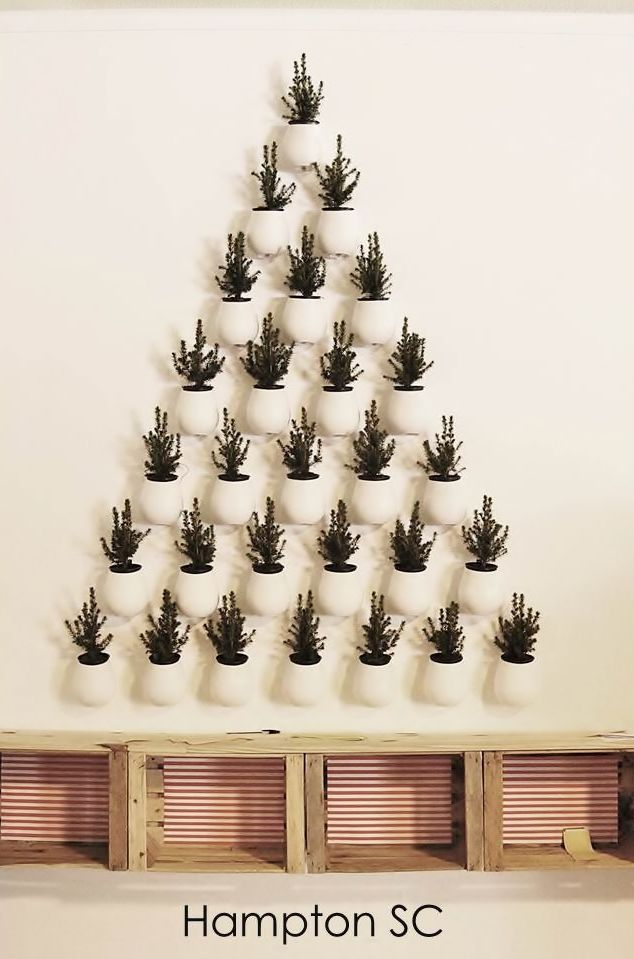 Árbol de Navidad en la pared con macetas Christmas tree on the wall with pots