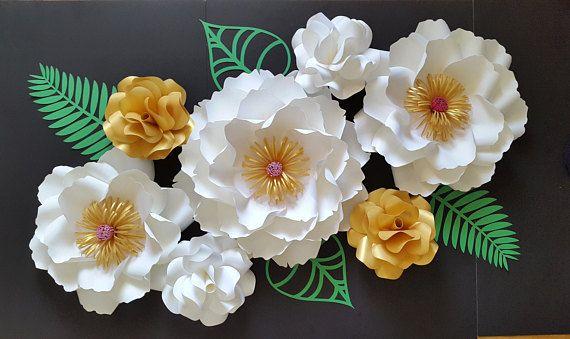 Set di 6 fiori di carta in bianco e oro con un pizzico di foglie di rosa e verde. Decorare uno spazio della parete, scuola materna o il tuo evento con questo splendido set. Il set include: -1 peonia big - 16 -2 grandi rose selvatiche -15 -4 piccole rose da giardino - 8 -4 foglie/foilage Invia una richiesta di ordine personalizzato con preferenza del colore e la data del vostro evento. Ogni fiore è stata progettata individualmente a mano. Ogni fiore può variare leggermente nel de...