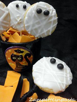 Biscotti Mummia per Halloween - Mummy biscuits for Halloween http://zampetteinpasta.blogspot.it/2015/10/biscotti-mummia.html