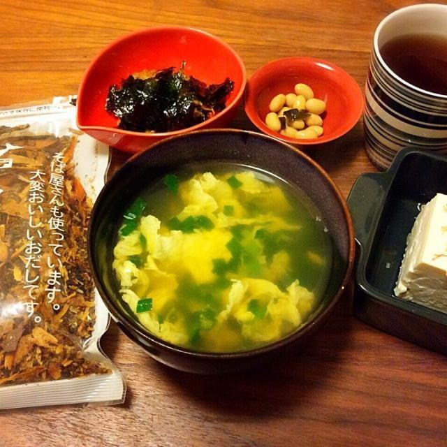 今日の夕飯(^-^)/ 不祝儀で遅い時間に会食だったけど、お吸い物が飲みたくなって…  Junko Tominagaさんオススメのヤマヒデ業務用だしを買ってあったので、いただきものの高級昆布と共にだしを取ってみました。 粉末だしじゃないお吸い物、何年ぶりでしょうか…(^^;;(笑) - 40件のもぐもぐ - ヤマヒデ業務用だしで…ニラ卵とじのお吸い物、韓国海苔トッピング納豆、冷奴 2015.3.29 by kirahime