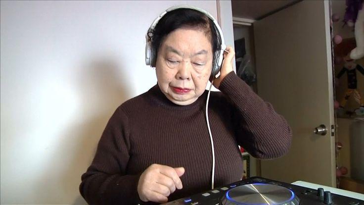 Video: Siang buat ladu di restoran malamnya pula nenek 82 tahun ini jadi deejay di kelab malam!   SEORANG nenek di Tokyo Jepun menjalani dua kehidupan berbeza apabila pada siang harinya Sumiko Iwamuro hanyalah seorang pembuat ladu di sebuah restoran makanan Jepun milik keluarganya namun pada waktu malam nenek yang berusia 82 tahun ini akan berubah 360 darjah menjadi seorang deejay di kelab- kelab malam terkenal di negara matahari terbit itu.  Video: Siang buat ladu di restoran malamnya pula…