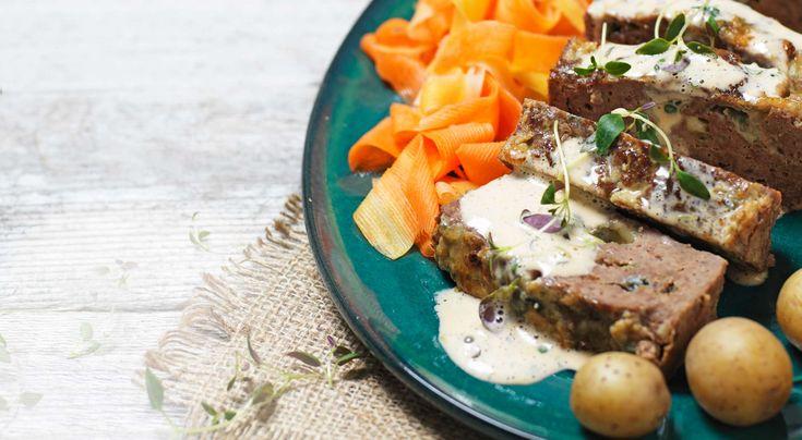 Recept på gorgonzolafylld köttfärslimpa med picklade morötter. Passar utmärkt till både vardag och fest. Välj ostsort efter tycke och smak.