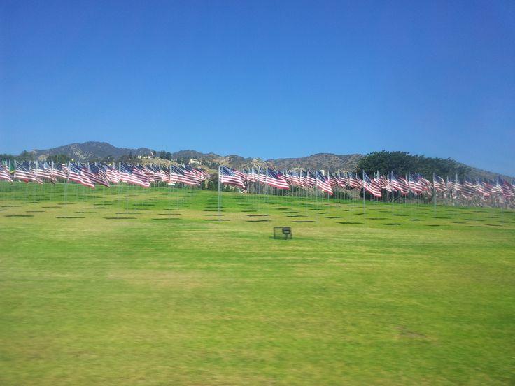 9/11 memorial field poblíž Malibu, projížděl jsem tudy 10. září, tak tam nikdo nebyl, pouze asi 3000 vlajek - povětšinou americké.
