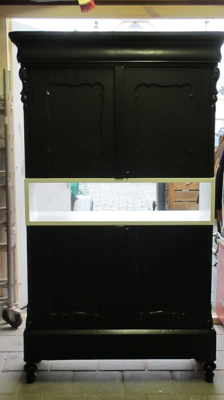 De zwevende kast of peep-through cabinet