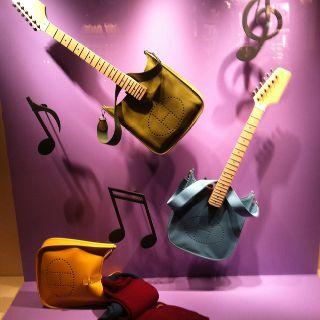 un escaparate increíble y muy original usando la panza de las guitarras como bolsos, es ESPECTACULAR !