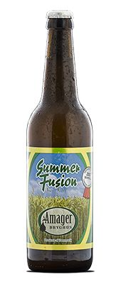 """Summer Fusion / Med vores lette sommerøl, Amager Summer Fusion, har vi villet bevise, at man sagtens kan lave en øl, som er lav i alkohol men rig på smag. Som navnet antyder, er vores øl en ægte fusionsøl, hvor vi med arme og ben har stjålet inspiration fra flere forskellige stilarter – og fra flere lande. Gæren, vi har brugt, er en klassisk tysk pilsnergær, som vi meget mod dens vilje har gæret ved 22 grader celsius – en teknik man kender fra den amerikanske øltype """"California Common""""…"""