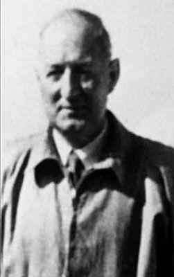 Tom Curry + Dead in the crash. Trainer.   (1 Septembre 1894 au 6 Février 1958) était un Anglais  footballeur qui a joué comme une moitié arrière pour Newcastle United et Stockport County dans les années 1920. Après sa retraite du jeu, il est devenu l'entraîneur du club à Carlisle United ; il est resté à ce poste pendant quatre ans, avant de devenir formateur pour Manchester United , un poste qu'il a occupé jusqu'à sa mort dans la catastrophe aérienne de Munich .