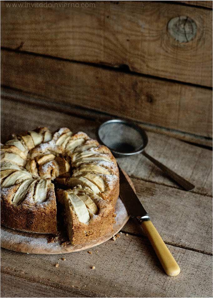 Receta casera y fácil de bizcocho de manzana, cubierto de manzana en gajos y aromatizado con canela y nuez moscada. Elaboración con fotos paso a paso