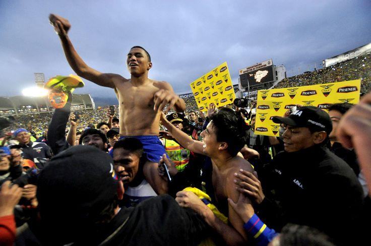 Valencia lleva en hombros a Montero, luego del triunfo ecuatoriano.