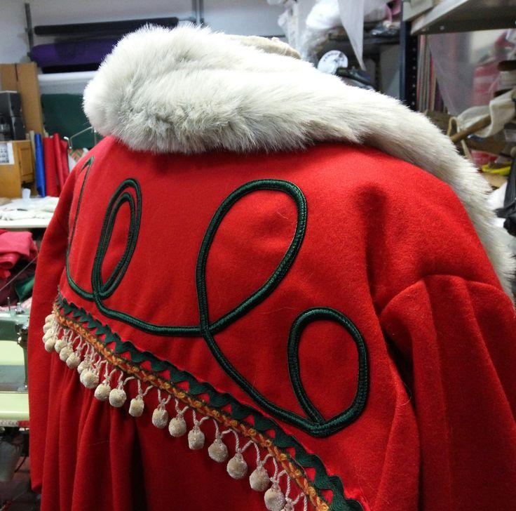 Detalle abrigo Papá Noel. Inspiración nórdica #confección #sewing #costumes #navidad