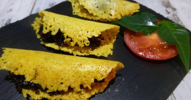 Fabulosa receta para Canapé de galleta de queso y morcilla . Un canapé de galleta de queso con morcilla. Es muy crujiente al paladar ya que el queso al fundirse en el horno queda de textura crujiente que en contraste con la morcilla blanda queda genial.