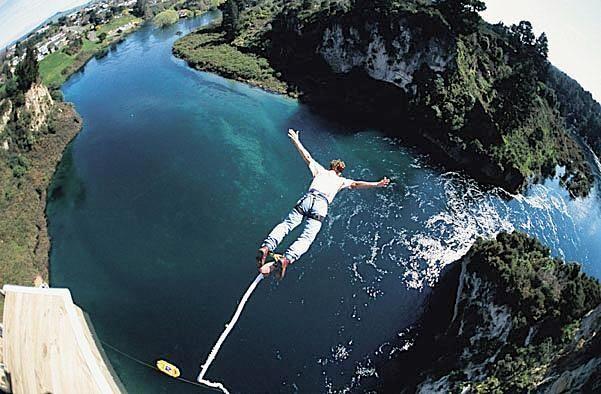 """Bungee Jumping dal Ponte di Salle - Abruzzo.  Breefing introduttivo e un lancio di Bungee Jumping dal ponte di Salle, """"il più alto ponte del centro Italia"""" altezza 100 metri."""