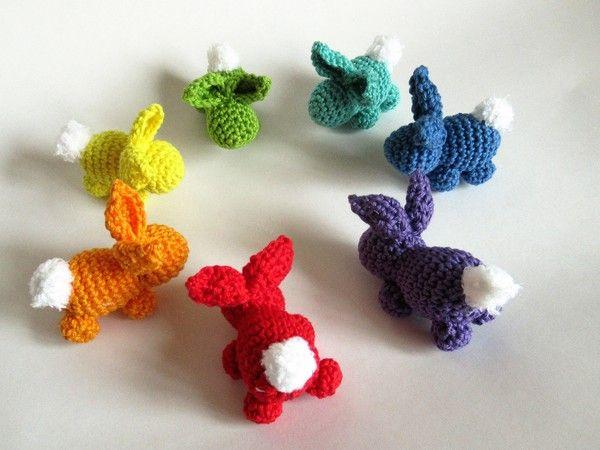 Diese kleinen Häschen kannst du in vielen bunten Farben häkeln und so kleine Restmengen von Wolle verwerten. Die Häschen sind vielseitig zu verwenden: als Blumenstecker, als Anhänger am Osterstrauch, als Schlüssel- oder Geschenkanhänger oder als kle