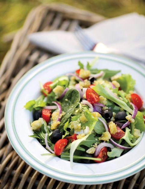 GRÉCKY ŠALÁT SO SYROM Z MAKADAMOV (mandľové mlieko, makadamy, biele miso, jarná cibuľka; listové šaláty, reďkovky, čierne olivy, rajčiny...)