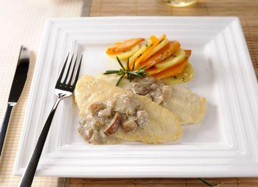 Scaloppine di pollo su Sugo ai funghi porcini e contorno di verdure al forno