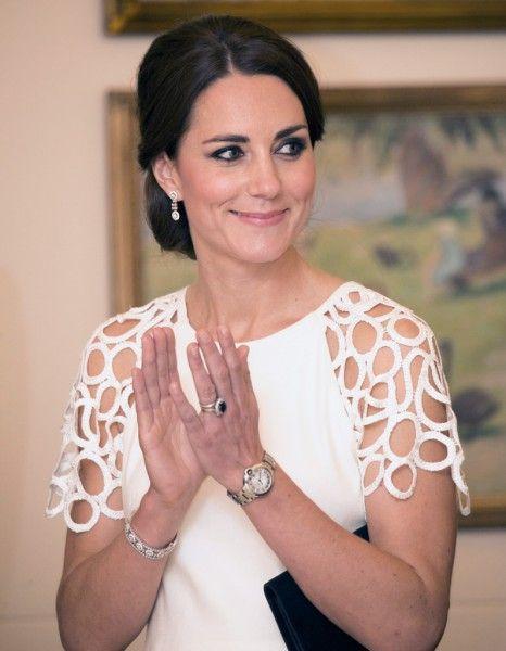 Kate Middleton dans les pas de la princesse Diana ? Véritable icône de style et de beauté, cette dernière a laissé un vide dans le cœur des Anglais. http://www.elle.fr/Beaute/News-beaute/Beaute-des-stars/On-sait-pourquoi-Kate-Middleton-a-ete-elue-la-plus-belle-des-Anglaises-2712218