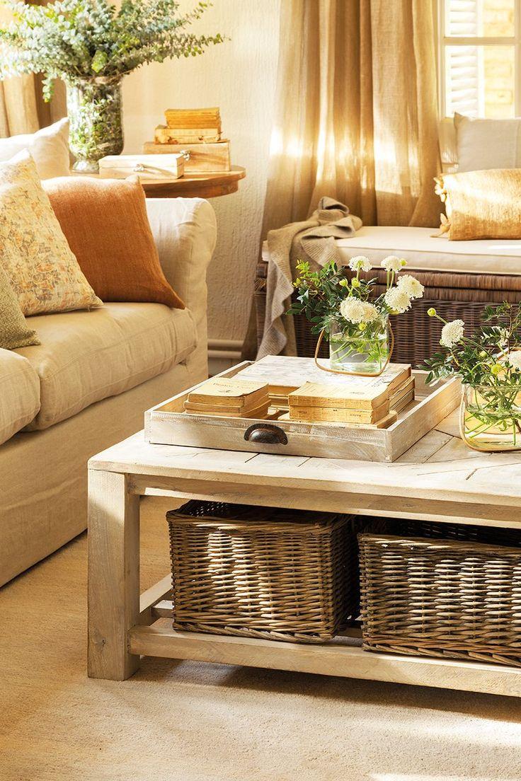 Fibras y madera  Los cestos de ratán de Sacum coordinan con la madera lavada de la mesa de centro. Miden 35 x 25 cm.
