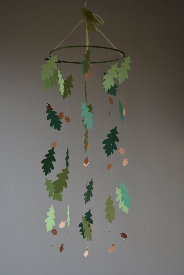 Hobbit / LOTR inspired paper acorn leaves and acorn nursery mobile in green and brown shades --- Baby gift, Baby mobile or autumn decor door SierGoed op Etsy