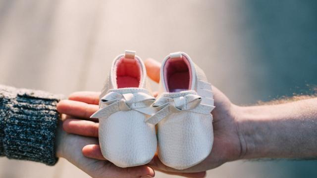 متى يعرف نوع الجنين بالضبط وعلامات الحمل بولد في الشهر الخامس Shoe Organization Diy Baby Shoes Baby Blessing