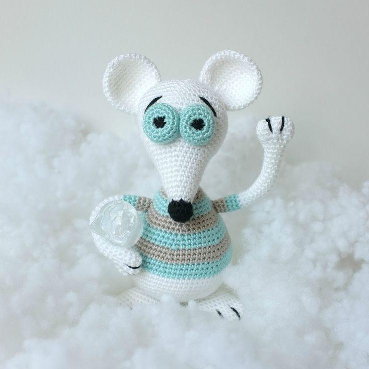 Háčkovaná+Polární+Myška+Pořádně+vykrmená+bílá+myška,+připravená+na+dlouhý+zimní+spánek+:)+Myška+je+i+s+ušima+vysoká+20+cm.+Packy+a+ocásek+má+vyztuženy+drátkem,+proto+je+vhodná+jako+dekorace+či+hračka+pro+starší+děti.+Rozhodně+nedoporučujipro+děti+do+3+let.+Materiál:+100%+Akryl+Výplň:+antialergenní+PES+duté+vlákno+V+případě+potřeby+lze+jemněvyprat+v+...